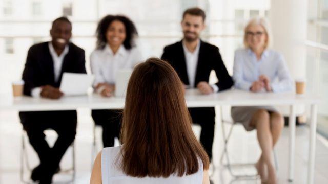 Una mujer está siendo entrevistada para un trabajo.