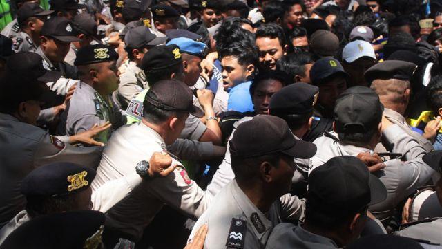 demo di depan gedung DPRD kota Malang.