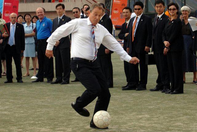 2005年,访问北京的英国首相布莱尔踢球。