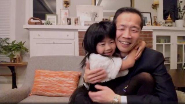 """Lee Isaac Chung recebeu o prêmio por seu filme """"Minari"""" com sua filha"""