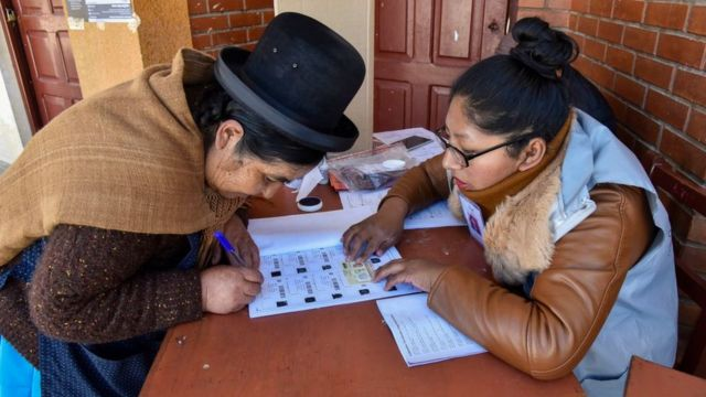 Votantes ejerciendo su derecho en Bolivia.