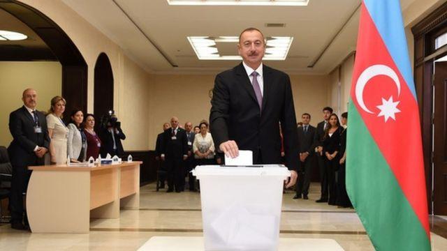 Prezident Əliyev ailəsi ilə birlikdə referenduma qatılıb