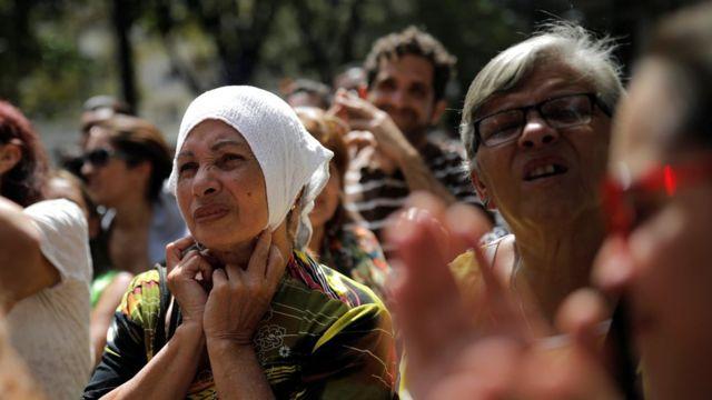 Mujeres escuchando a Juan Guaidó en Caracas, Venezuela