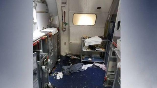 Objetos espalhados após passageiro tentar abrir porta de avião