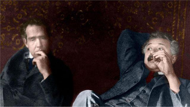 భౌతికశాస్త్రవేత్త నీల్స్ బోర్తో ఐన్స్టీన్/Einstein with Physicist Niels Bohr