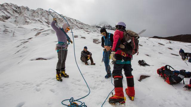 Juliana García con un grupo de escaladores