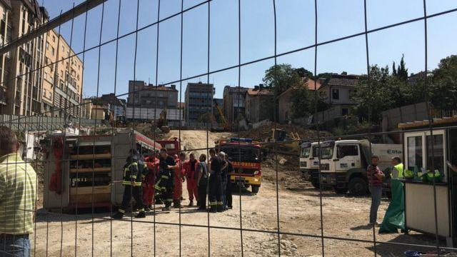 Gradilište, vatrogasna kola, radnici i vatrogasci