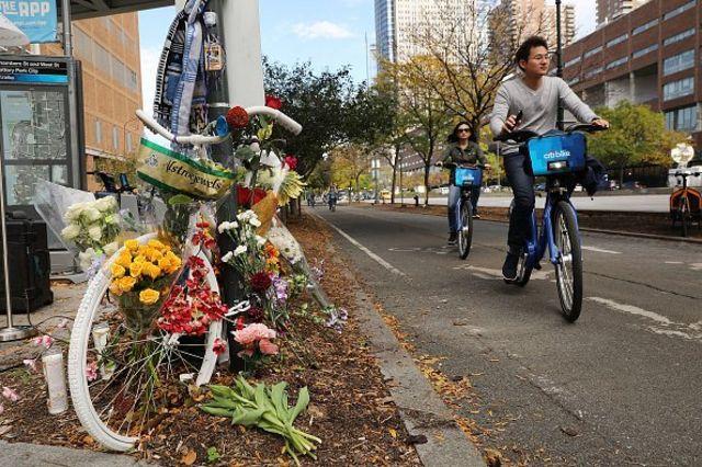 ชาวนิวยอร์กวางดอกไม้แสดงความรำลึกถึงผู้เสียชีวิตบนทางจักรยานเมื่อวันฮัลโลวีน