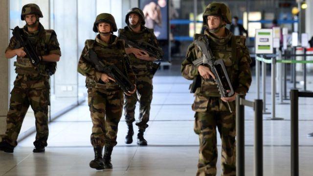 フランス南西部で巡回する仏軍兵士ら(14日)