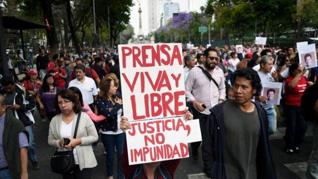 Manifestantes contra los asesinatos a periodistas.