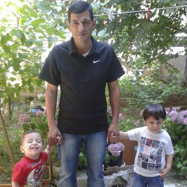Abdullah Kurdi junto a sus hijos Alan, a la izquierda, y Galip.