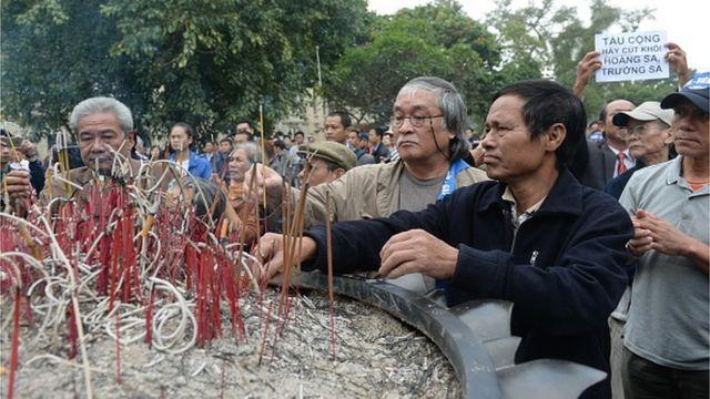 Người dân thắp hương tưởng niệm những người đã ngã xuống trong cuộc chiến tranh biên giới tại Tượng đài Lý Thái Tổ ở Hà Nội