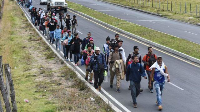 La imagen de centenares de migrantes caminando por la carretera Panamericana se ha vuelto común en Colombia, Perú o Ecuador.