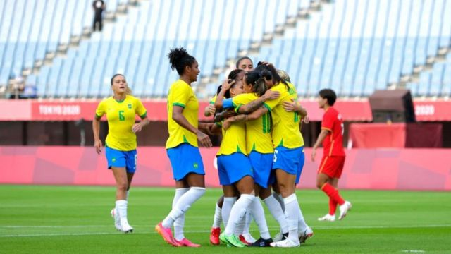 Marta comemora após marcar o primeiro gol de seu time durante a partida do Grupo F entre China e Brasil durante os Jogos Olímpicos de Tóquio 2020 no Estádio Miyagi em 21 de julho de 2021