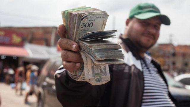 يعيش الاقتصاد الفنزويلي أزمة طاحنة