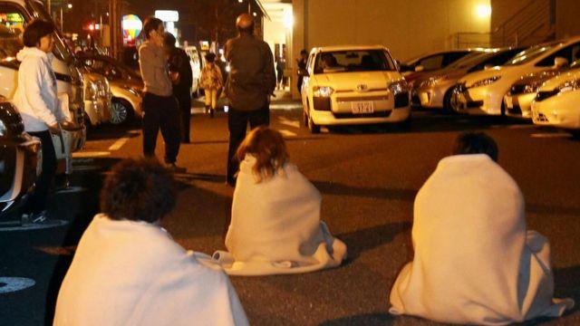 熊本市内で屋外に避難した人たち(14日)