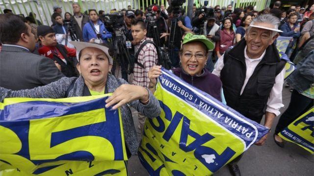 Simpatizantes del candidato oficialista Lenín Moreno celebraron en la sede de su partido desde tempranas horas de la tarde.