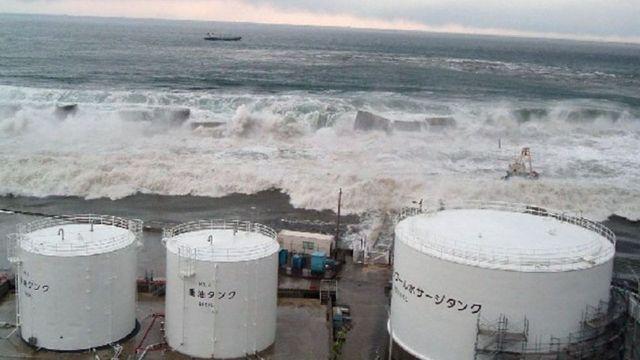 Aguas del océano se aproximan a la central nuclear de Fukushima