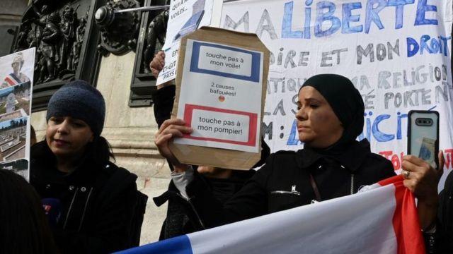 женщины протестуют в октябре 2019 года против запрета носить хиджаб