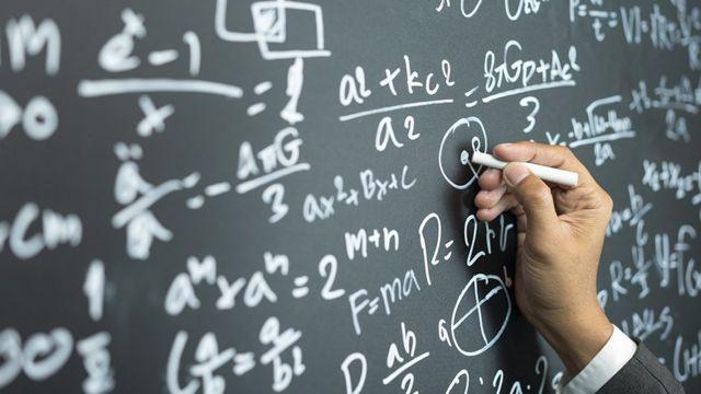 Equações matemáticas em um quadro negro