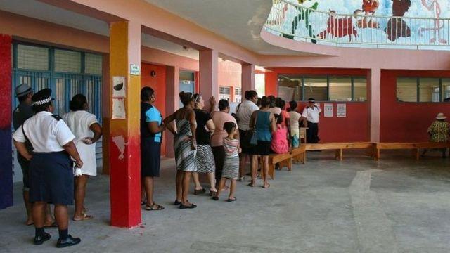 Bureau de vote au sein d'une école primaire aux Seychelles