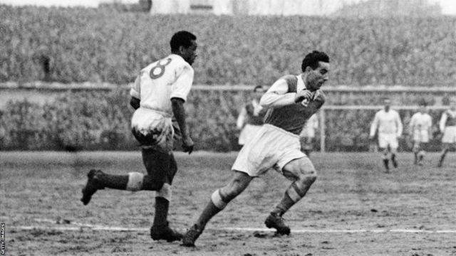 Le Marocain Larbi Benbarek (à gauche) en action