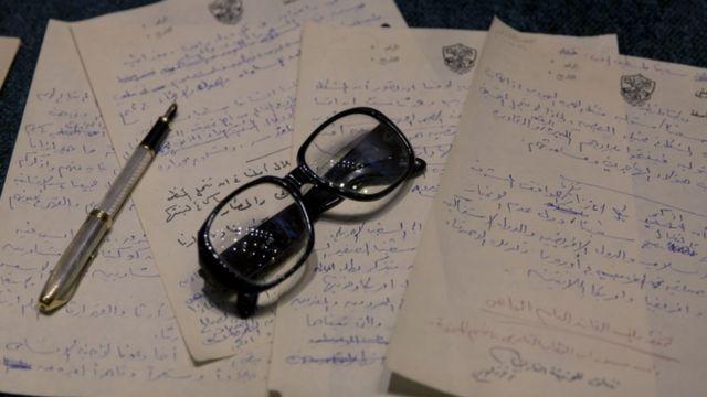 مكتب عرفات وعليه بعض أوراقه ونظارته الطبية