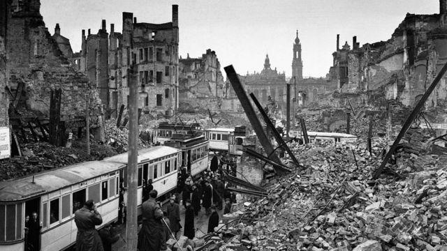 Дрезден лежал в руинах еще несколько лет после. Фото 1946 года.