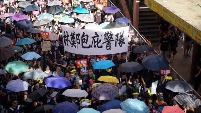 香港警察處理示威時被指濫力暴力。