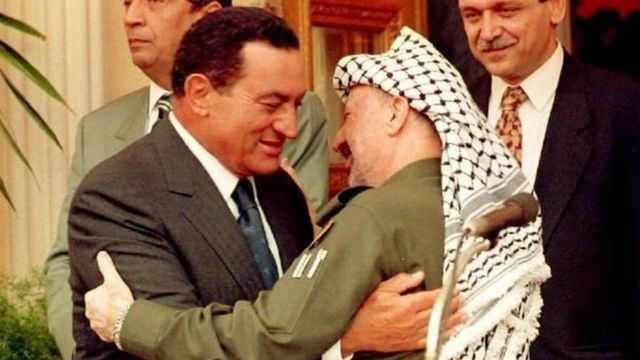 Hosni Mubarak na mwenyekiti bwa PLO Yasser Arafat