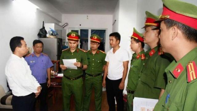 Công an tỉnh Nghệ An bắt tạm giam 4 tháng đối với ông Kim Văn Bốn (38 tuổi, cán bộ Phòng chính sách, Ban dân tộc tỉnh Nghệ An)