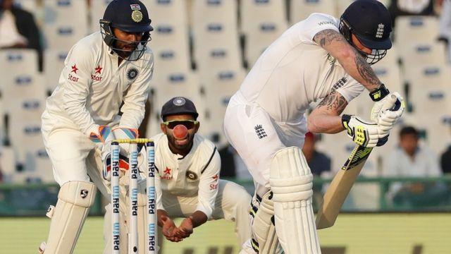 मोहाली टेस्ट में सोमवार को शॉट लगाते इंग्लैंड के बने स्टोक्स.