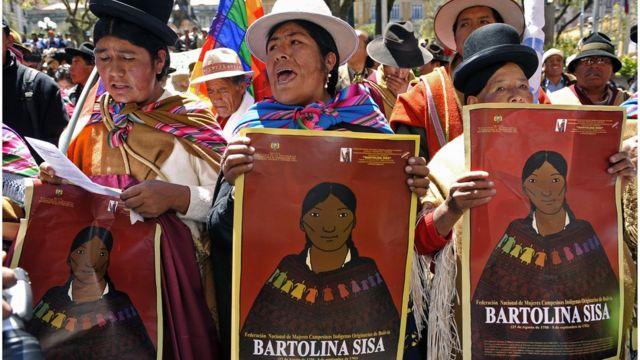Un grupo de mujeres con carteles de Bartolina Sisa