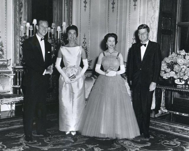 ملکه الیزابت او شهزاده فلیپ پر ۱۹۶۱ کال باکېنګهم کې له جان ایف کنېډي او جاکلین کنېډي سره.
