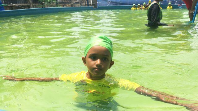 Niña aprendiendo a nadar en Bangladesh