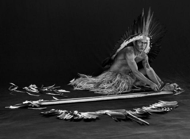 مردی در حال درست کردن تزیینات پر، ریو گریگوریو از قلمروهای بومیان، ایالت آکری، سال ۲۰۱۶