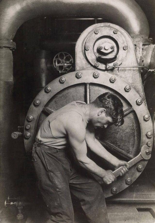 Механик с ключом на парогенераторе
