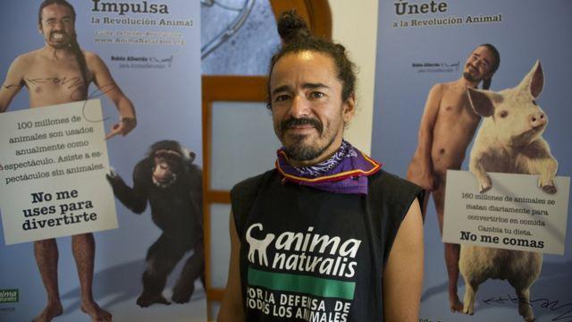El cantante de Café Tacvba, Rubén Albarrán, junto a carteles de una campaña en defensa de los animales que protagonizó en México.