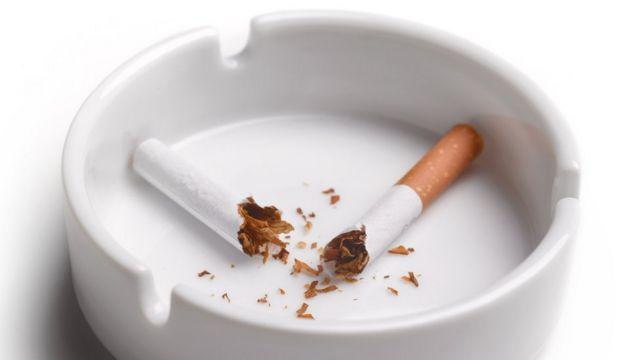 Un cigarro roto en dos.