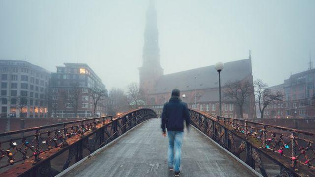Homem caminha em cidade no inverno