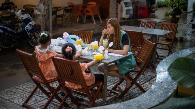 Nguyễn Thị Kim HÂn cùng hai con gái ở Cần Thơ