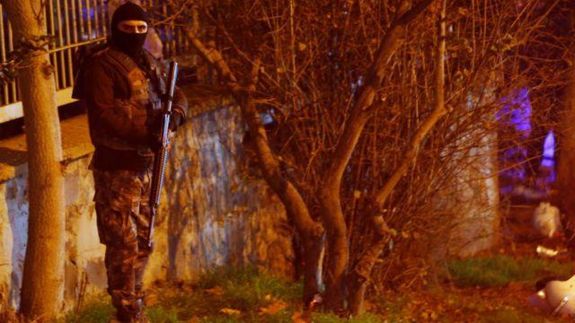 तुर्की में विस्फोट के बाद सुरक्षा के लिए तैनात एक सैनिक.