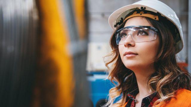 Una mujer con lentes y casco.