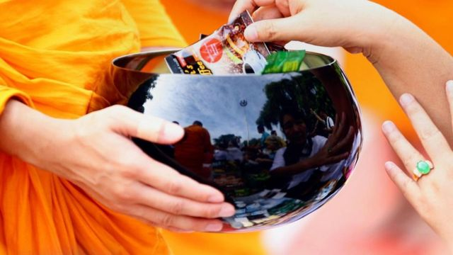 Tại Miến Điện hiến đồ ăn và tiền chủ yếu là cho nhà chùa.