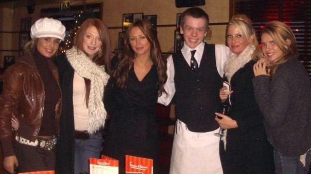 Cheryl, Nicola, Kimberly, pelayan Frankie & Benny's waiter, Sarah dan Nadine.