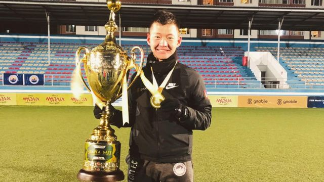 Ochiroo with the Mongolian championship trophy