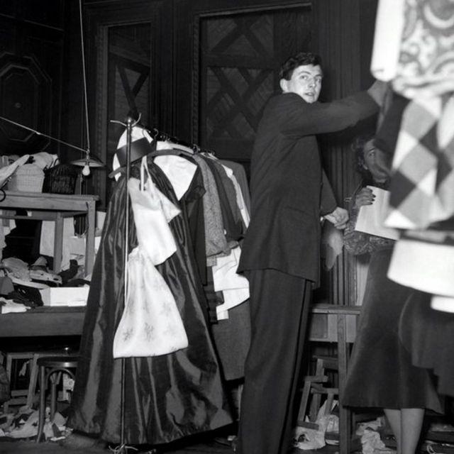 ユベール・ド・ジバンシィ氏は1927年、フランス北部ボーべの貴族の家に生まれた。24歳で自身のファッションブランド「ジバンシィ」を立ち上げている。写真は1952年、ジバンシィ初の春夏コレクションの舞台裏の様子