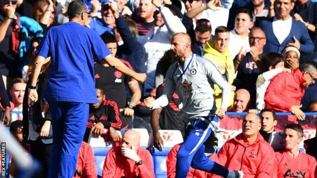 Kocha wa Chelsea Marco Ianni akikimbia mbele ya benchi la kiufundi la Manchester United baada ya Ross Barkley kufunga bao la kusawazisha