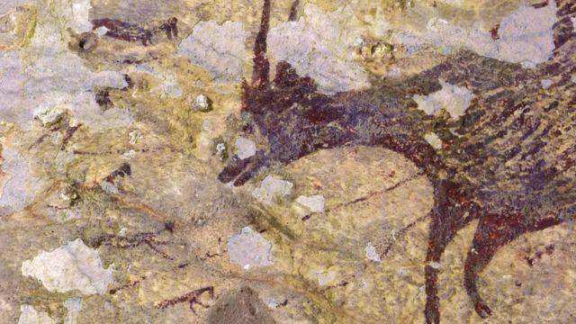 ภาพวาดโบราณบนผนังถ้ำเป็นรูปเหล่ามนุษย์ครึ่งสัตว์กำลังล่าควายป่า
