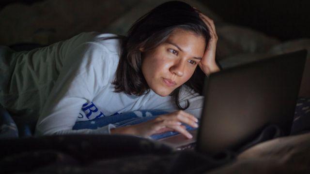 在床上趴着工作对你的身体特别不利。(photo:BBC)